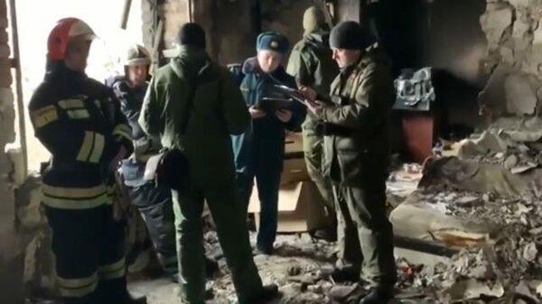 Следователи на месте гибели двух человек в результате хлопка газа в Азове