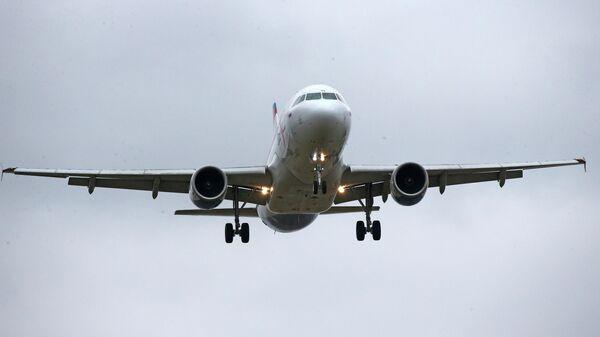 Самолет компании Уральские авиалинии совершает посадку в аэропорту Храброво в Калининграде