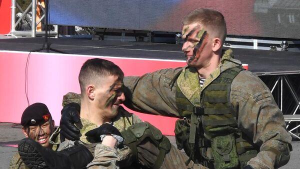 Выступление морских пехотинцев во время праздничных мероприятий в честь Дня защитника отечества во Владивостоке