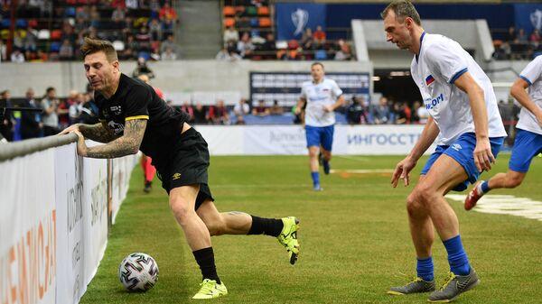 Игрок сборной Звезд Андрей Воронин (слева) и игрок сборной России Константин Головской