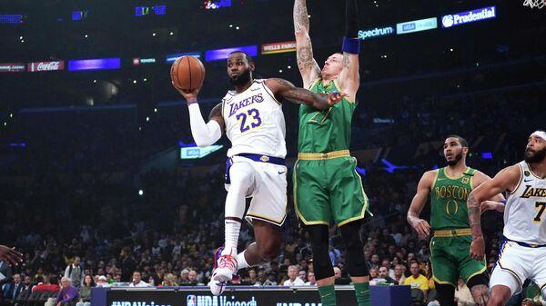 Форвард Лос-Анджелес Лейкерс Леброн Джеймс в матче НБА против Бостон Селтикс