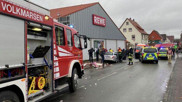 Люди на месте происшествия в Фолькмарзене, Германия, где автомобиль въехал в толпу людей во время карнавального праздника