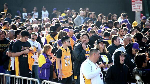 Тысячи фанатов собрались у арены Стейплс-центр