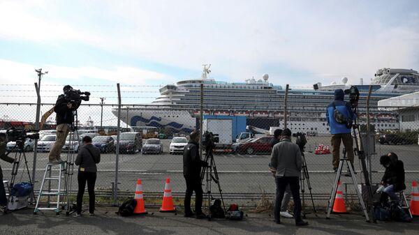 Журналисты у круизного лайнера Diamond Princess в порту Йокогама, Япония