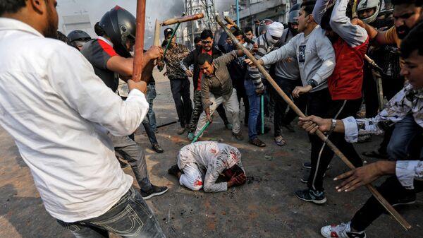 Нападение на мужчину в ходе беспорядков в Нью-Дели, связанных с принятием нового закона о гражданстве. 24 февраля 2020