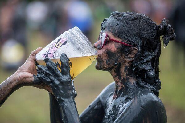 Участница грязевого фестиваля Bloco da Lama в Бразилии
