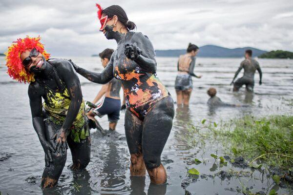 Участницы грязевого фестиваля Bloco da Lama в Бразилии
