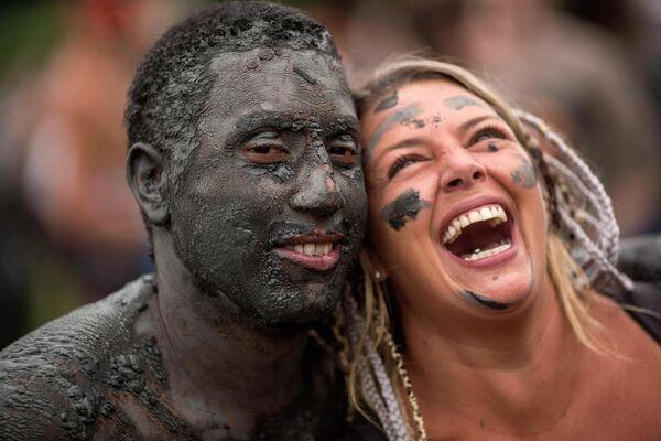 Участники грязевого фестиваля Bloco da Lama в Бразилии