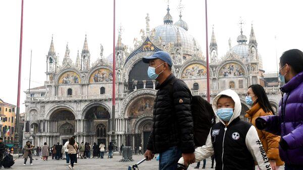 Туристы в медицинских масках на площади Святого Марко в Венеции. 24 февраля 2020