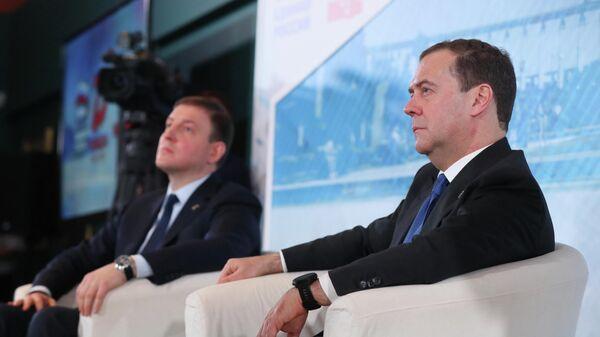 Председатель партии Единая Россия Дмитрий Медведев во время встречи в музее Победы с волонтерами патриотических движений