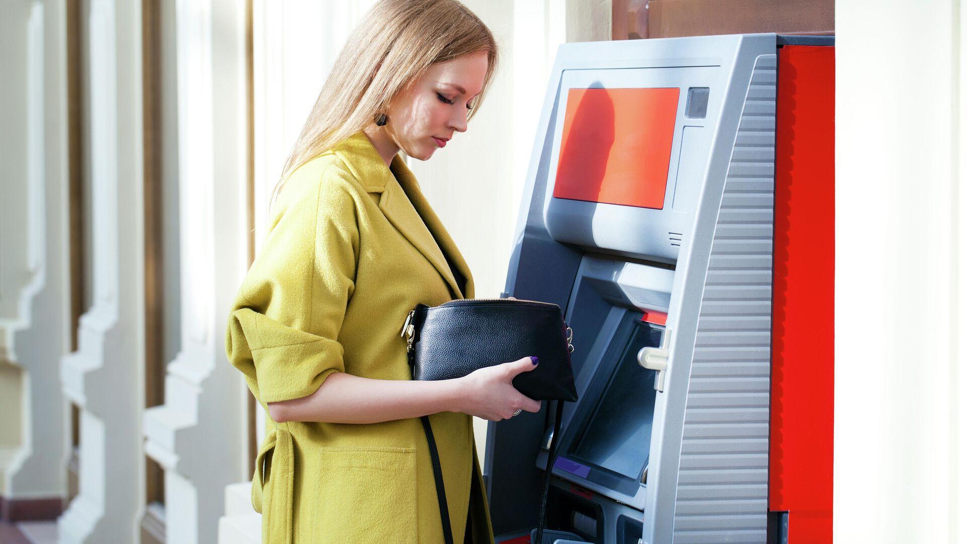 Девушка снимает деньги в банкомате - РИА Новости, 1920, 02.03.2021