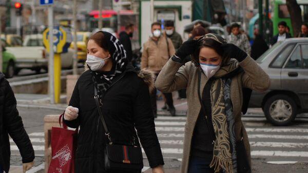 Люди в медицинских масках на улице