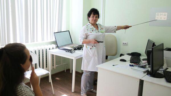 Офтальмолог проводит проверку зрения