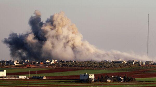 Дым в районе города Серакаб в провинции Идлиб