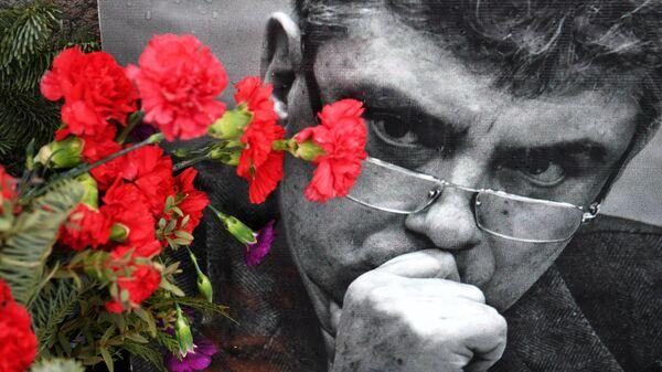 Цветы и портрет политика Бориса Немцова на месте гибели на Большом Москворецком мосту в Москве