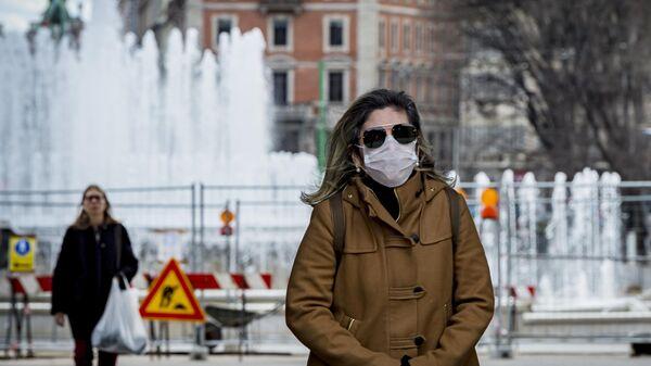 Женщина в маске в центре Милана