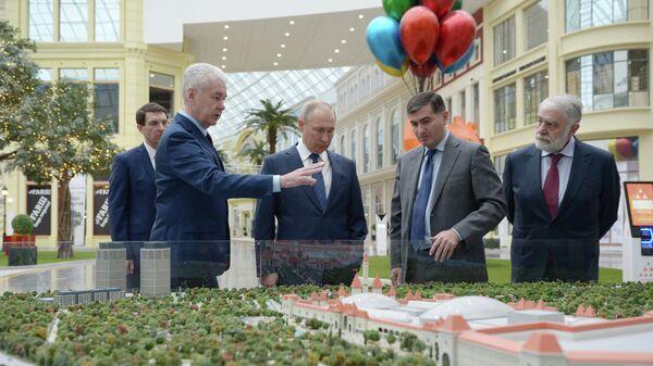 Президент РФ Владимир Путин в новом детском парке развлечений Остров мечты