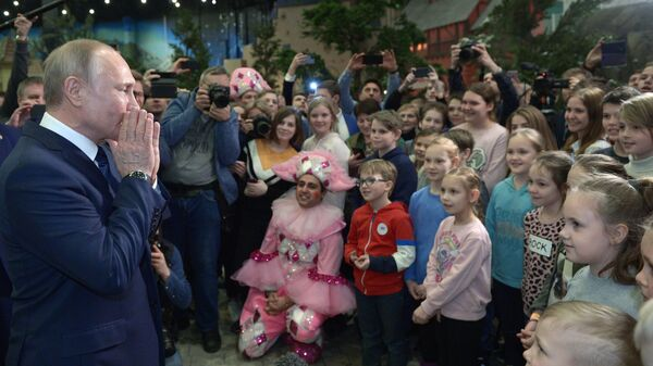 Президент РФ Владимир Путин общается с юными посетителями детского парка развлечений Остров мечты