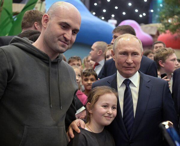 Президент РФ Владимир Путин в тематическом парке Остров мечты