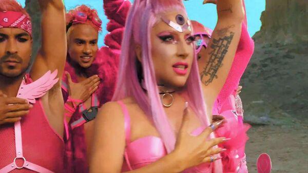 Стоп-кадр клипа на песню Stupid Love певицы Стефани Джоанны Анджелины Джерманонтты (Lady Gaga)