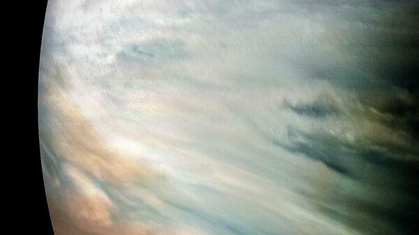 Густые белые облака на Юпитере