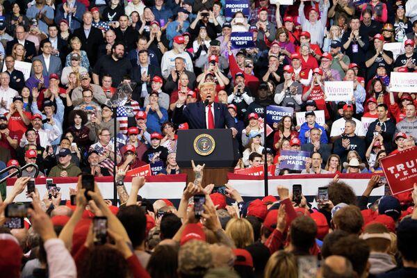 Президент США Дональд Трамп во время выступления на предвыборном митинге в штате Нью-Гэмпшир
