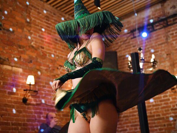 Артистка Annie Agile выступает в кабаре-шоу в стиле классического бурлеска начала 20 века Ladies of Burlesque в Bar Burlesque Party (бар GURU) в Москве