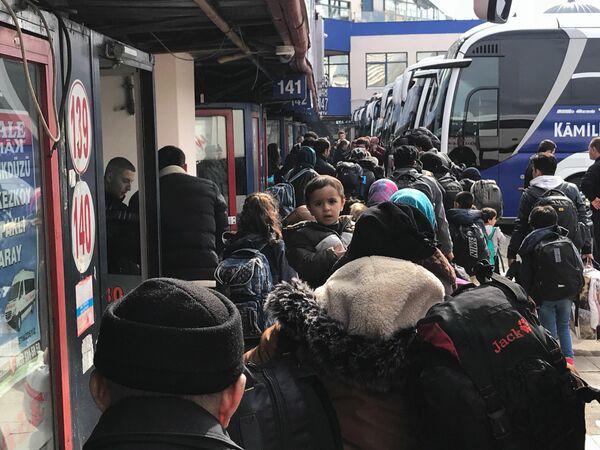 Беженцы из Сирии и других стран на автовокзале в Турции
