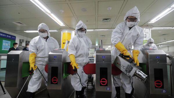 Медицинские работники проводят дезинфекцию на станции метро в Сеуле, Южная Корея. 28 декабря 2020