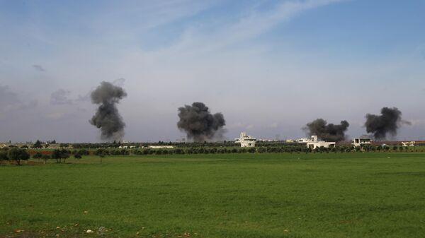 Дым поднимается после авиаударов по городу Саракеб, в провинции Идлиб, Сирия. 27 февраля 2020