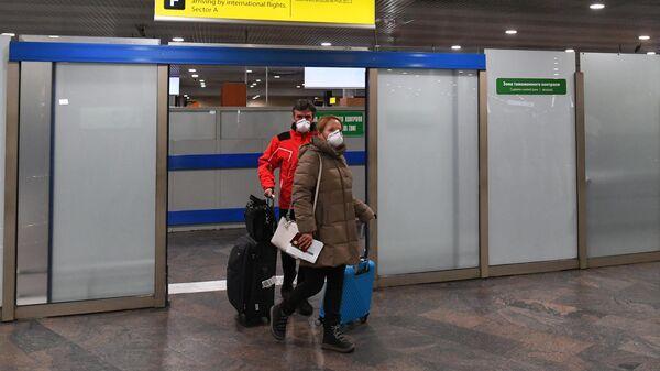 Пассажиры в терминале F в международном аэропорту Шереметьево имени А. С. Пушкина в Москве