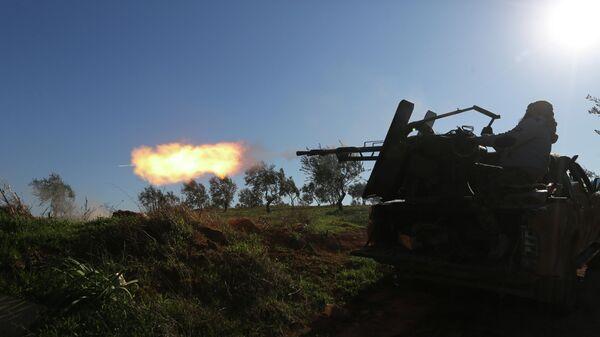 Поддерживаемые Турцией сирийские повстанцы ведут огонь на линии фронта возле города Саракиб в провинции Идлиб, Сирия