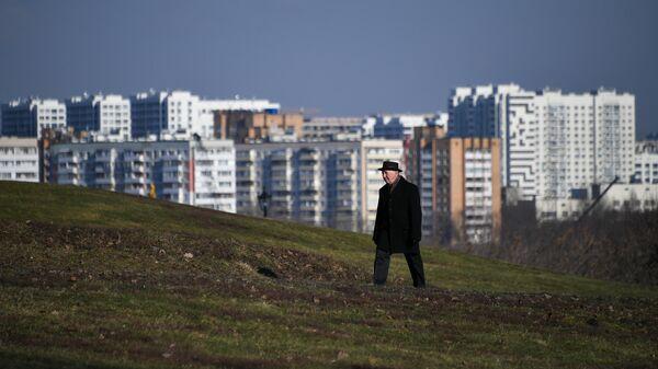 Мужчина в Коломенском парке в Москве