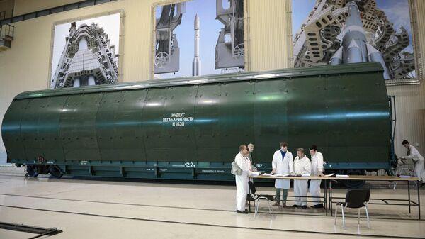 Сотрудники государственного космического научно-производственного центра имени М.В. Хруничева у транспортного контейнера с блоками ракеты Ангара А5 в одном из цехов предприятия в Москве