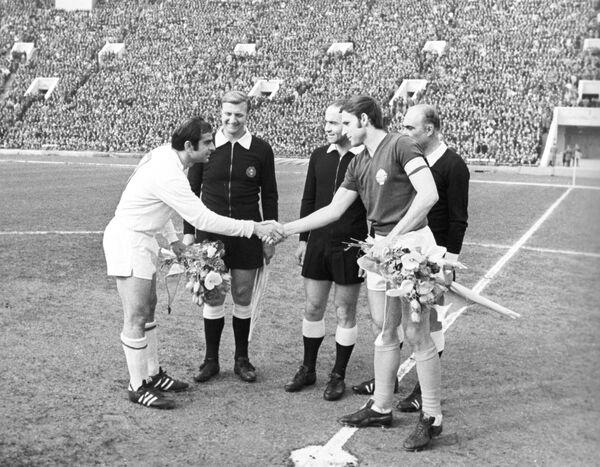 Капитаны сборных СССР и Югославии Муртаз Хурцилава (слева) и Драган Джаич перед началом четвертьфинального матча чемпионата Европы 1972 года.