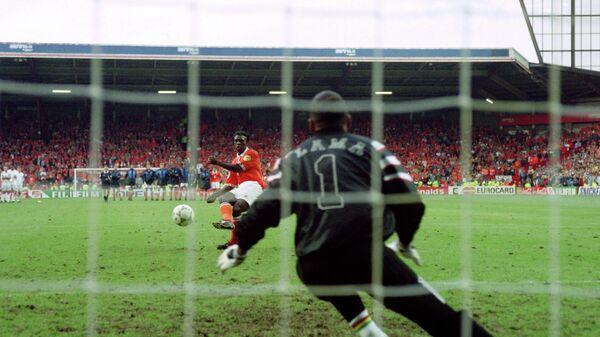 Кларенс Зеедорф бьет пенальти в ворота сборной Франции в четвертьфинале ЕВРО-1996