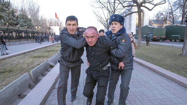 Сотрудники милиции во время задержания участника митинга в поддержку экс-депутата Садыра Жапарова в Бишкеке