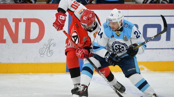 Игрок ХК Автомобилист Артём Гареев и игрок ХК Сибирь Евгений Чесалин