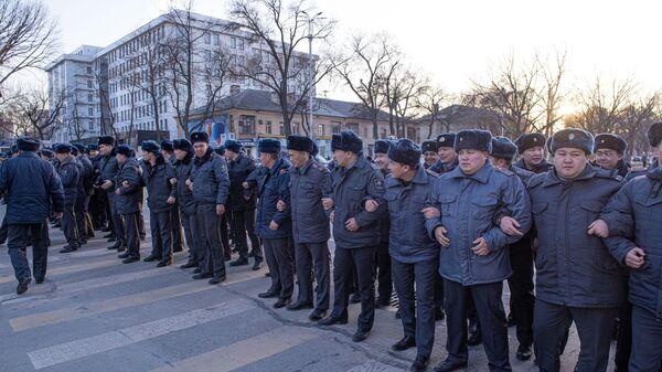 Сотрудники милиции Киргизии во время митинга оппозиции в Бишкеке