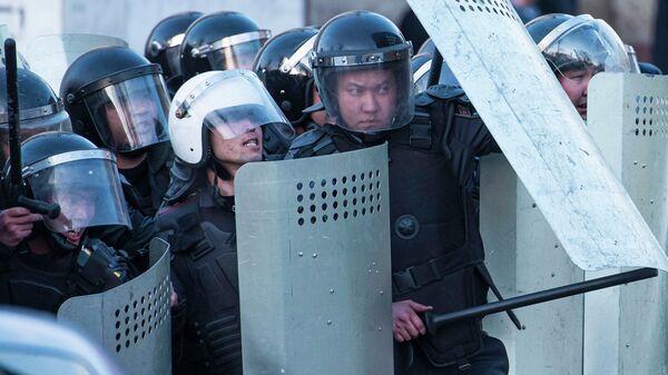 Сотрудники милиции Киргизии во время акции протеста оппозиции в Бишкеке