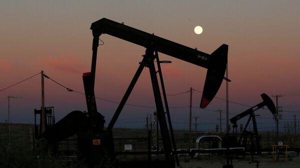 Нефтяные вышки в Маккитрике, штат Калифорния