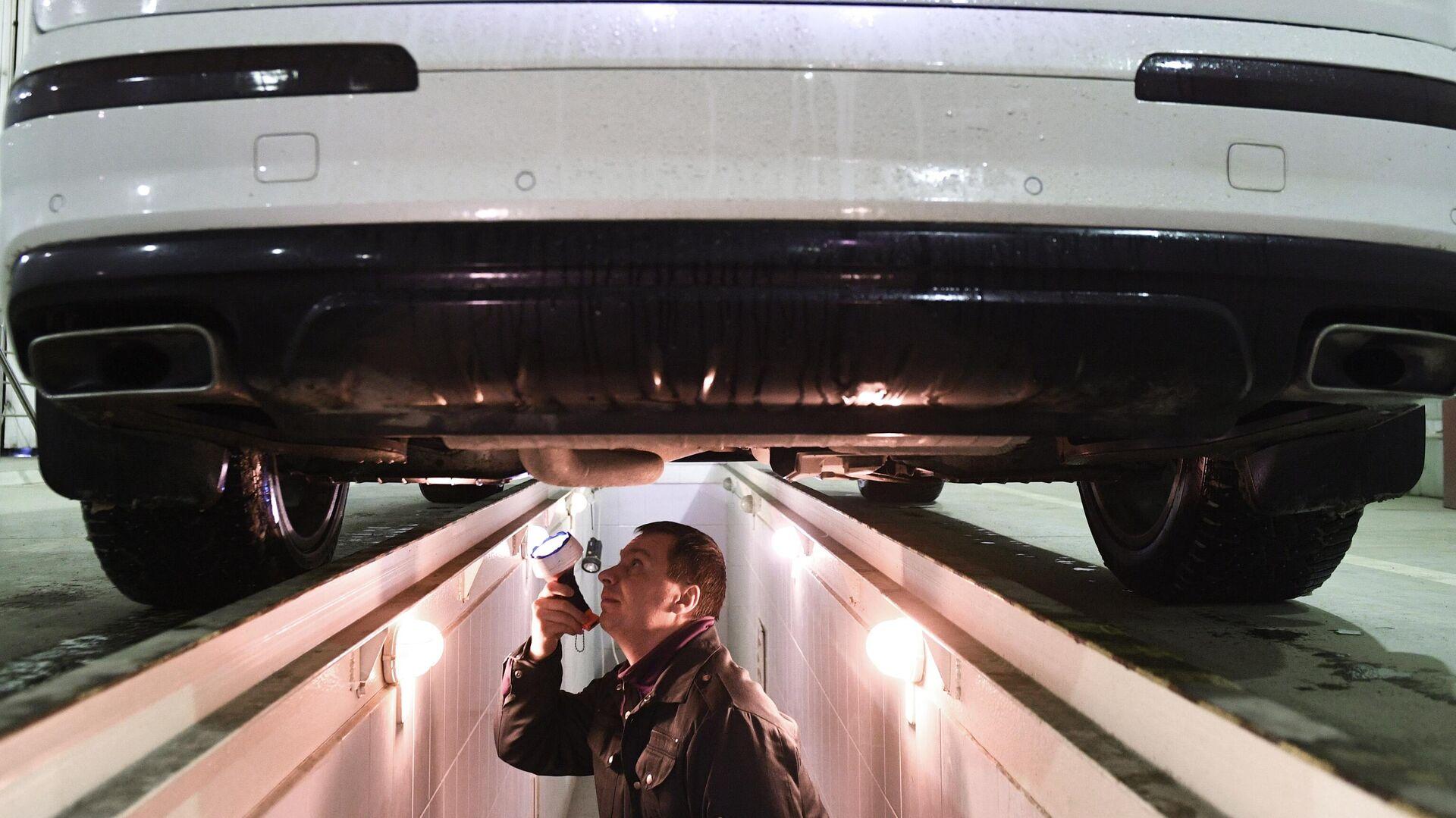 Технический эксперт проводит осмотр автомобиля на пункте техосмотра в Новосибирске - РИА Новости, 1920, 03.01.2021
