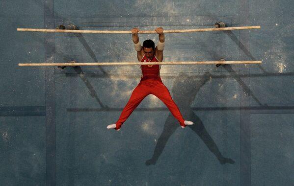 Давид Белявский (Россия) выполняет упражнения на брусьях в индивидуальном многоборье спортивной гимнастики среди мужчин на II Европейских играх в Минске