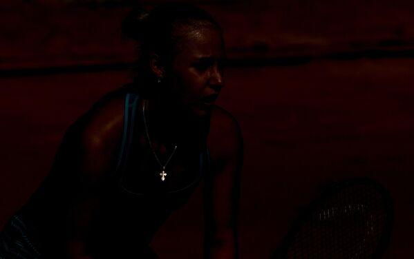 Анна Блинкова (Россия) в квалификационном матче женского одиночного разряда Открытого Чемпионата Франции по теннису против Юлии Глушко (Бельгия)