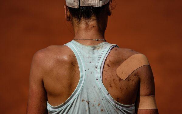 Вероника Кудерметова (Россия) в матче 3-го круга женского одиночного разряда Открытого Чемпионата Франции по теннису против Кайи Канепи (Эстония)