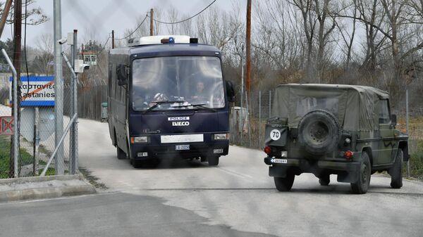 Транспорт полиции и армии на контрольно-пропускном пункте на границе Греции и Турции в районе поселка Кастанеэ