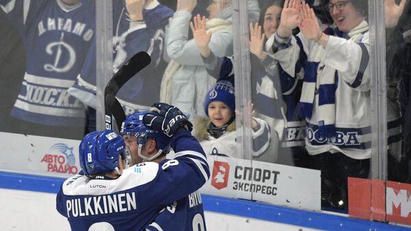 Игроки Динамо радуются заброшенной шайбе