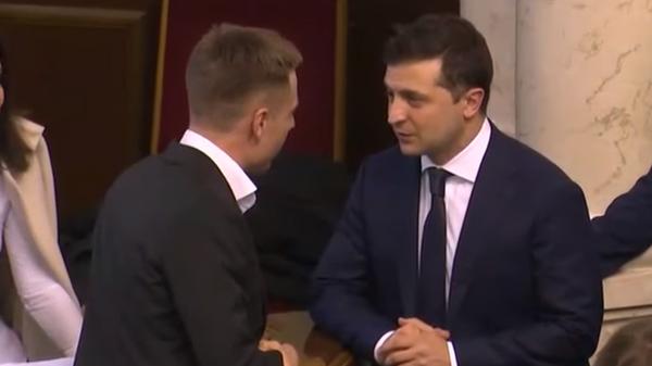 Зеленский отказался пожать руку депутату Рады