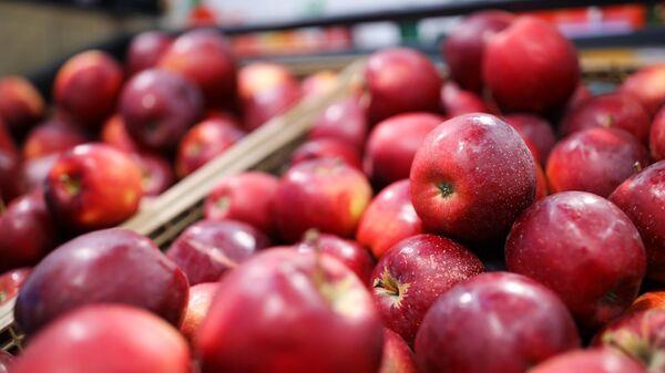 Торговая полка с яблоками в магазине Магнит в Краснодаре