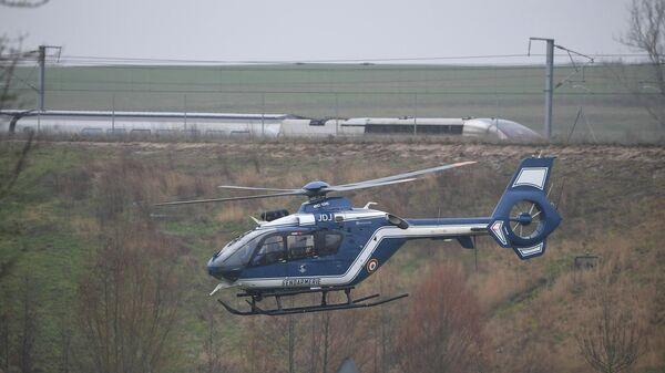 Вертолет  жандармерии кружит около схода с рельсов скоростного поезда  Страсбург в Париж. 5 марта 2020